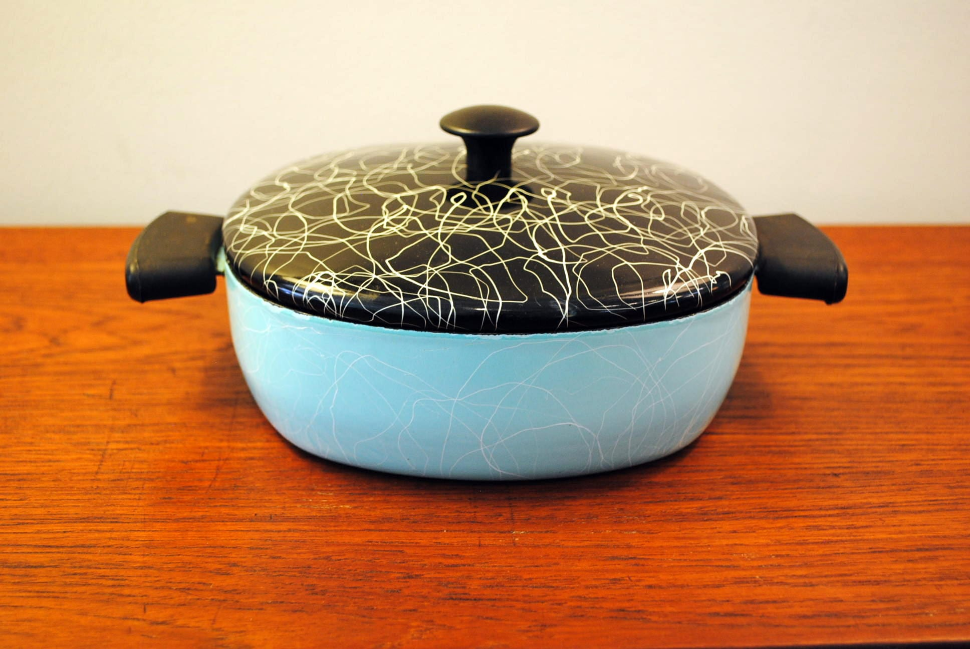 Spaghetti String Enamelware Covered Pot Circa
